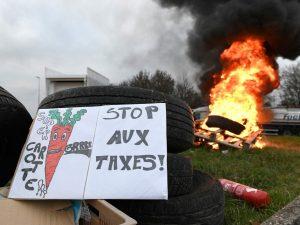 Francia, i 'gilet gialli' bloccano il paese: scontri a Parig