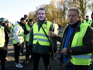 Francia, nonostante le proteste, il governo tira dritto e co