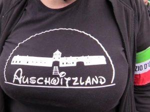 Maglietta choc con la scritta Auschwitzland: indagata l'atti