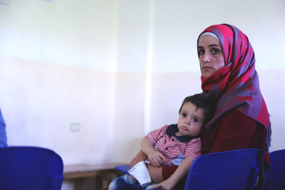 Una mamma siriana e suo figlio nel nuovo ospedale di Msf in Libano (Medici senza Frontiere)