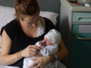 Torino, ha fretta di nascere: la piccola Stella viene al mon