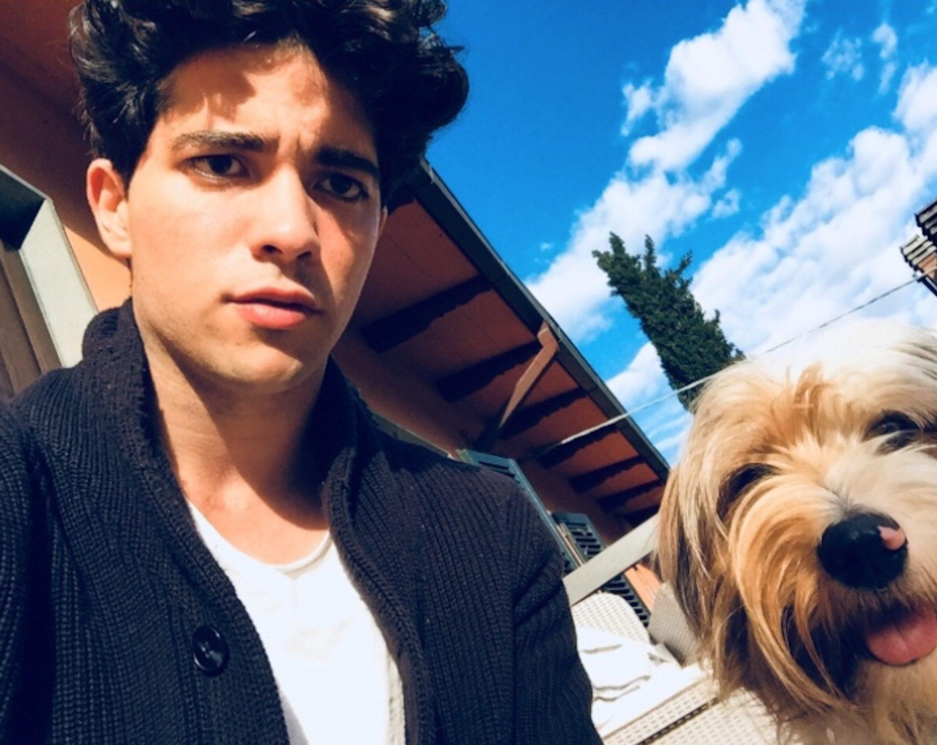 Luca con il suo cagnolino.