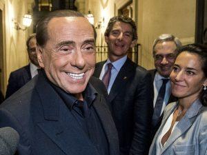 La nuova, tristissima, battuta sessista di Silvio Berlusconi