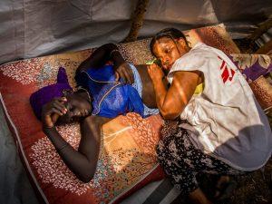 La visita di un'infermiera di Msf ad una donna incinta in Sud Sudan (Medici senza Frontiere)