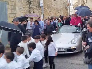 Malta, arcivescovo in processione su una Porsche trainata da