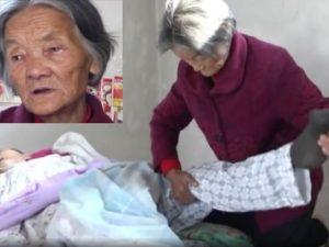 """Si sveglia dal coma dopo 12 anni e trova l'anziana madre accanto a lui: """"Non l'ha mai lasciato"""""""