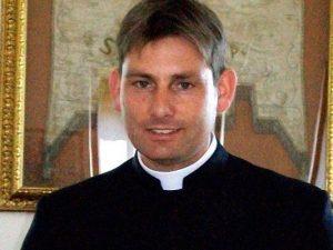 Spari contro l'auto di don Antonio Coluccia, il prete degli