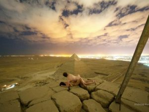 """Si spogliano e """"fanno sesso"""" sulla piramide di Cheope. Due a"""