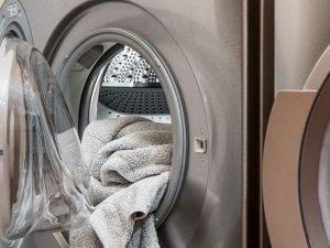 Chiude il fratellino in lavatrice, bimbo di 3 anni muore sof