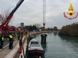 Dramma a Venezia: donna sbanda, finisce con l'auto in acqua