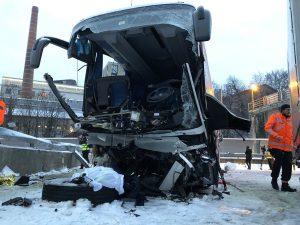 E' una donna italiana la vittima dello schianto del bus in S