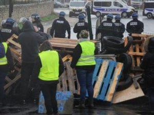 Gilet gialli, lacrimogeni e scontri a Parigi. Morta una donn