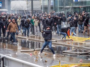 Bruxelles, scontri tra manifestanti favorevoli e contrari ai