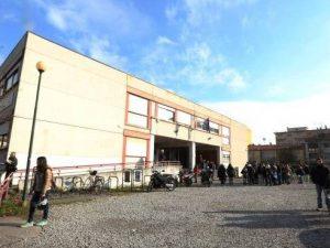 Amianto nelle mattonelle del pavimento: trasferiti gli studenti di una scuola di Firenze
