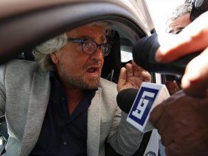 """Grillo a Berlusconi: """"Triste vedere un ex badante offendere"""