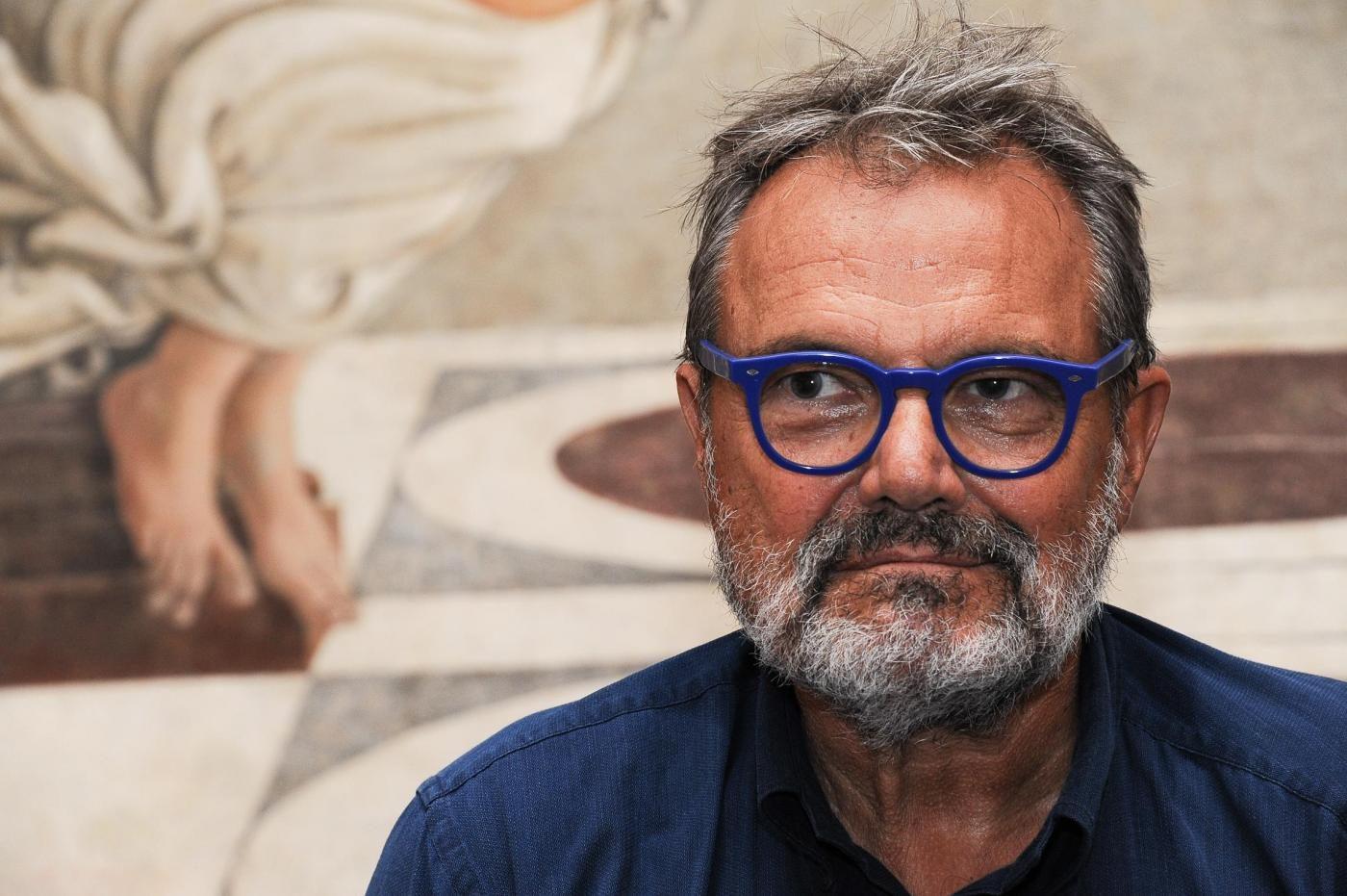 """Oliviero Toscani insulta Giorgia Meloni: """"Ritardata, è brutta e volgare"""". Lei: """"Miserabile"""""""
