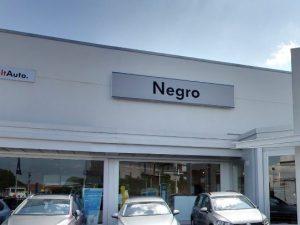 Concessionaria trevigiana si chiama Negro, Facebook la censu