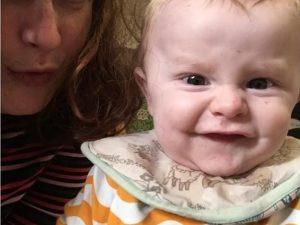 Lascia il figlio di 13 mesi nella vasca con le sorelline e v