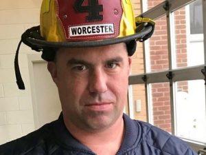 Entra nel palazzo per cercare dispersi, pompiere muore eroic