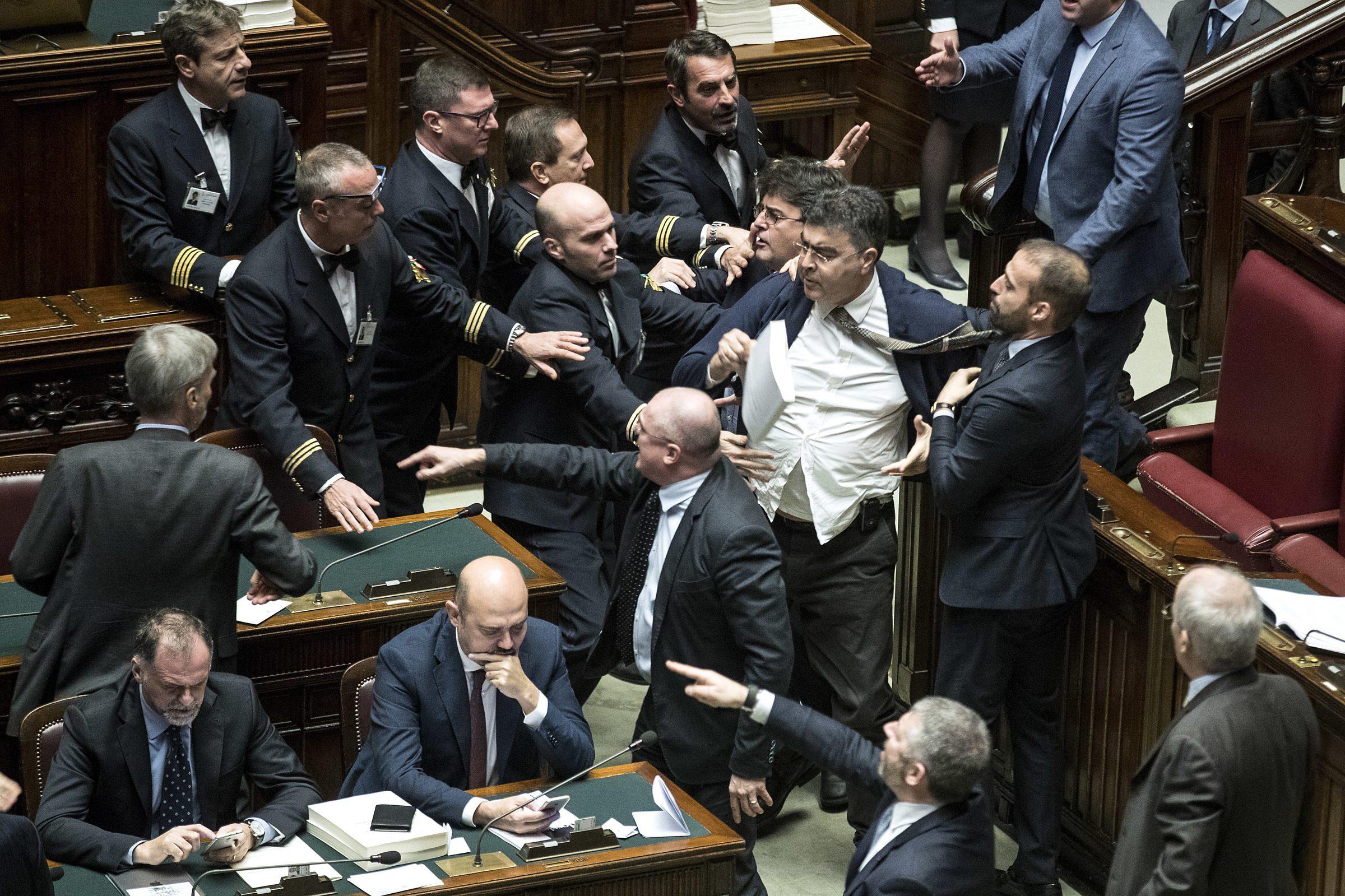 Manovra bagarre alla camera opposizioni contro roberto for Votazioni alla camera
