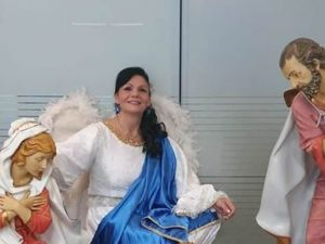 La donna Angelo che a Natale regala angioletti ai malati in