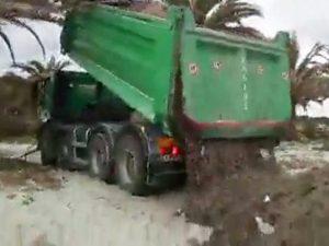 """Alghero, proteste per lo scarico in spiaggia: """"Non è solo po"""