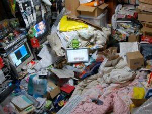 Padre, madre e figli chiusi in casa da 2 anni: dipendenti dal web, mangiavano solo merendine