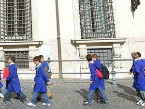 Cresce il fronte per il grembiule a scuola, anche Forza Ital