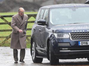 Gb, il principe Filippo 'pizzicato' alla guida senza le cinture allacciate