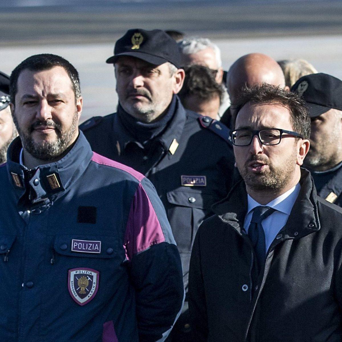 Salvini Matteo Continua Della Indossare Polizia La A E Divisa 54RALj