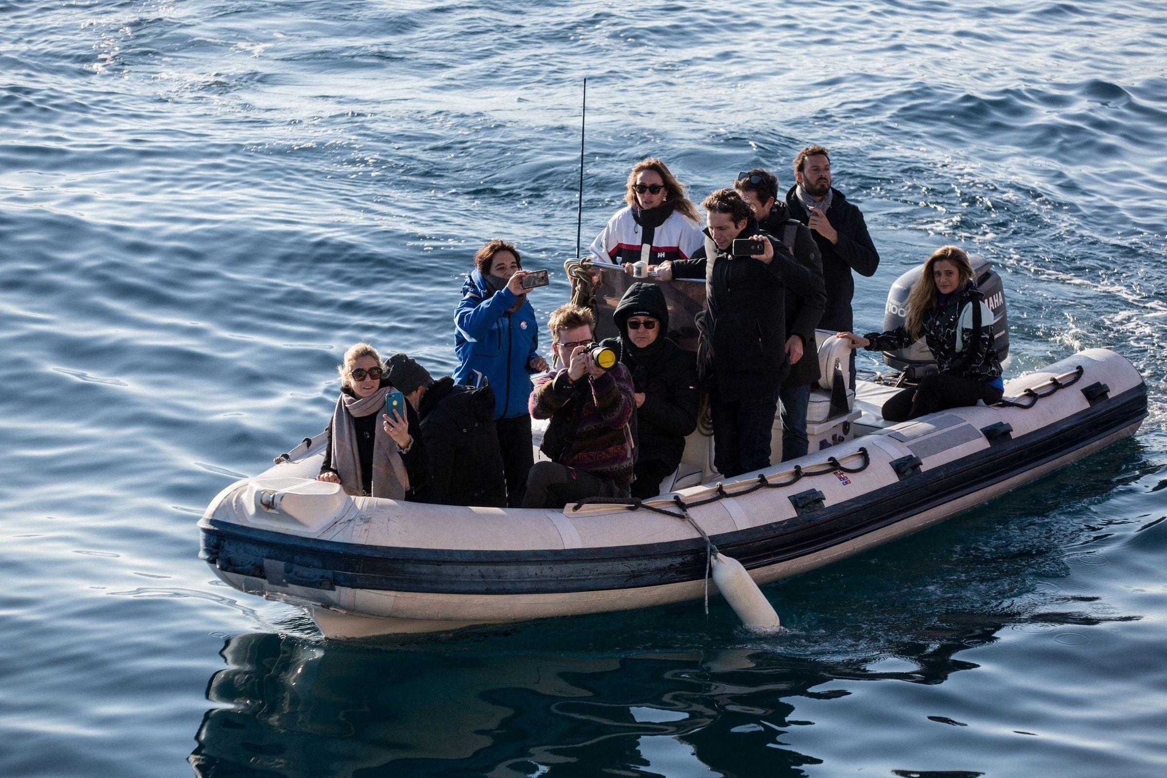 sea watch, multa da 2mila euro per i parlamentari che salirono sulla nave piena di migranti .