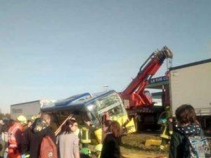 Modena, scontro tra un bus con 40 studenti e due camion: ci