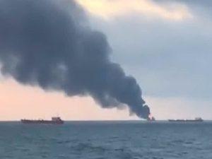 Crimea, due navi a fuoco nello stretto di Kerch: marinai in mare, almeno 9 morti