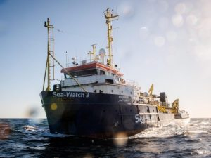 """Migranti, Sea Watch salva 52 persone in mare: """"Guardia costiera libica non le ha soccorse"""""""