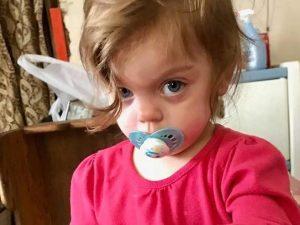 Esce di casa di notte e non riesce più a rientrare: bimba di 2 anni muore congelata