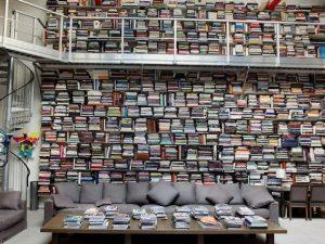 Morto Karl Lagerfeld, il geniale artista che amava i libri e