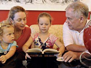 A Bolzano i bebé amano i libri    così la Provincia glieli regala appena nati
