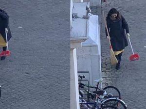 Pesaro, con scopa e paletta ripulisce la strada: sindaco la
