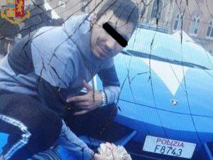 Selfie con banconote (e droga) davanti alla Lamborghini della Polizia: arrestati e multati