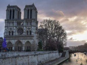 Incendio alla cattedrale di Notre Dame, simbolo di Parigi e della storia di tutta la Francia