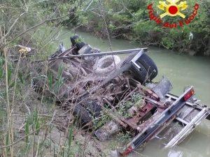 Campobasso, autocarro precipita dal viadotto e finisce nella