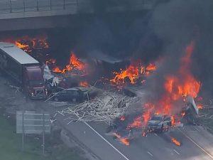 Usa, inferno di fuoco in autostrada: rimorchio si scontra co