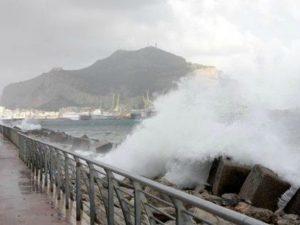 Maltempo a Palermo, forti raffiche di vento di scirocco, alb