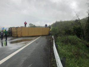 Incidente sull'A15, camion si ribalta: 1 morto e traffico in