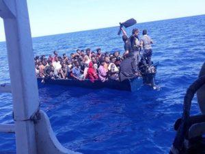 Migranti, 87 persone in mare chiedono aiuto: in 16 sono arri