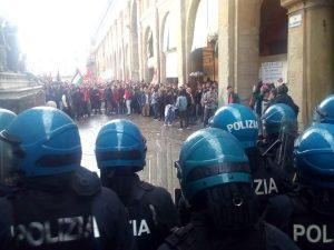 Bologna, scontri in piazza durante protesta per comizio di Forza Nuova: cariche e idranti