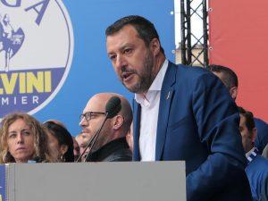 Salvini giura sul Vangelo: ma con lui Giuseppe, Maria e Gesù
