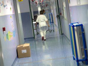 Pistoia, 38enne va in ospedale a far visita alla moglie e al