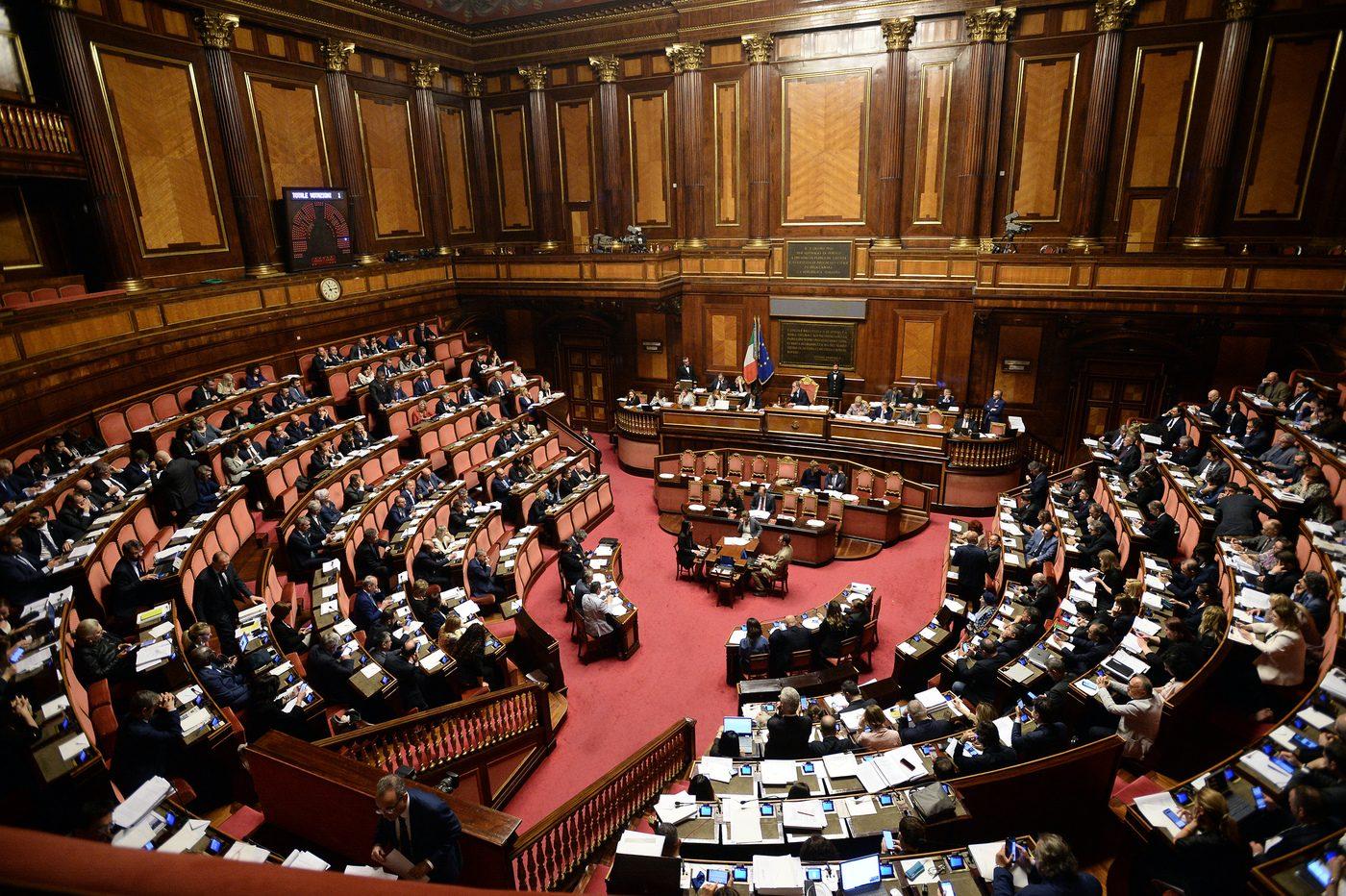 Il senato approva il taglio del numero dei parlamentari for Numero membri camera dei deputati