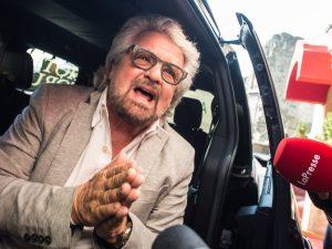 """Mandato zero, il sarcasmo di Beppe Grillo: """"Di andarmene a c"""